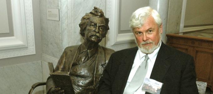 Image - Robert Hirst with Mark Twain statue